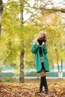 mooie gelukkig blonde vrouw in herfst park foto