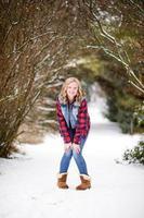 jonge vrouw op pad in de sneeuw foto