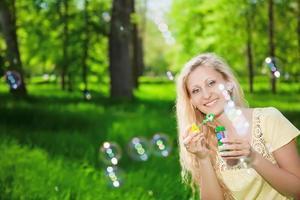 vrolijke blonde vrouw foto