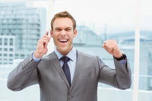 vrolijke zakenman met behulp van mobiele telefoon foto
