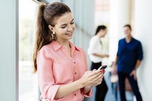 mooie vrouwen met behulp van telefoons en talkin tijdens de pauze foto