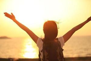 juichende wandelende vrouw zonsopgang aan zee