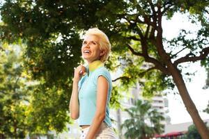 vrolijke jonge vrouw die lacht buitenshuis foto