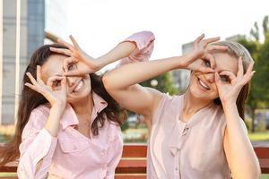 twee vrolijke meisjes dollen rond foto
