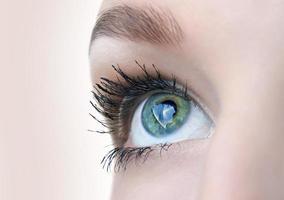 mooie oogclose-up met beelden foto