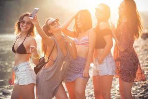 lachende vrienden op een strand foto