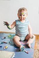 portret van een vrolijke groezelige jongen foto