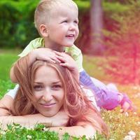 vrolijke glimlachende moeder met jongen het spelen foto