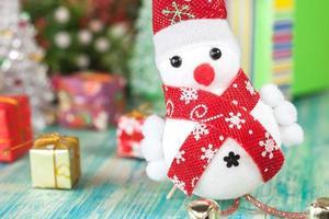 vrolijke Kerstmissneeuwman op zwarte achtergrond. foto