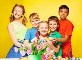 kinderenportret die oostelijke eieren houden en glimlachen
