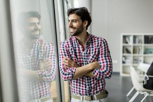 jonge man in het kantoor foto