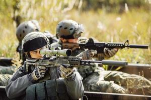 soldaten schieten vanuit het wapen op een doelwit foto