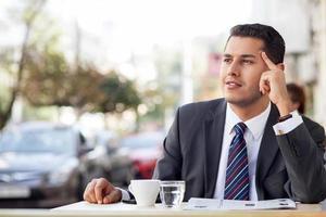 vrolijke jonge zakenman is ontspannen in de cafetaria foto