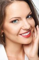 vrolijke jonge vrouw drukt positieve emoties uit foto