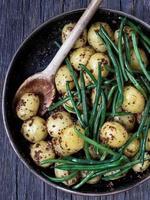 rustieke gekookte aardappel in mosterd en bonen