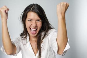 vrouw juichen met vuisten in de lucht foto
