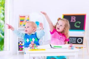 schattige kinderen op voorschoolse schilderkunst foto