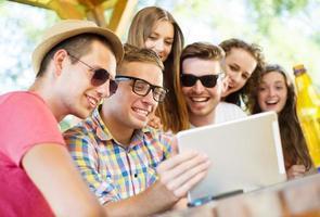 vrienden drinken en tablet gebruiken foto