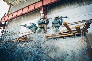 drie soldaten bevrijdden het gebouw van de vijand foto