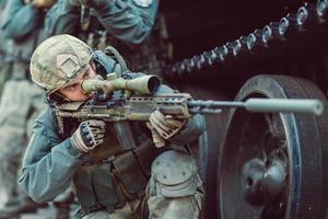boswachter richten op een doelwit van wapens foto