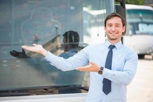 vrolijke jongeman maakt reclame voor een openbaar vervoer foto