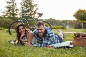 vrolijke jonge paar is ontspannen in de natuur foto