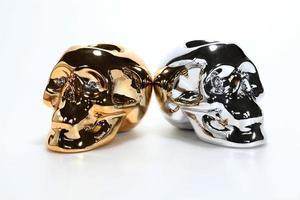 gouden en zilveren schedel. foto