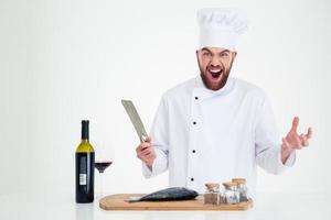 portret van een vrolijke mannelijke chef-kok die vis voorbereidt foto