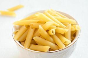 rauwe pasta penne foto