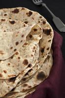 Indiase maaltijd eten keuken curry begeleiding chapatis foto