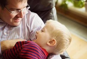 kleine jongen met vader foto