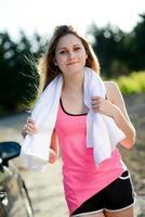 fitness sport gezonde vrolijke jonge vrouw met buiten platteland