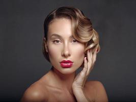 portret van een mooi meisje op een donkere achtergrond. foto