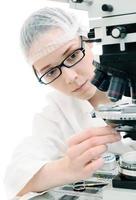 onderzoeker stemt haar microscoop foto
