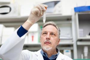 onderzoeker die in een laboratorium werkt foto