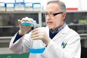 onderzoeker die in een laboratorium werkt