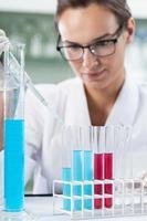 wetenschapper-onderzoeker met behulp van een pipet en reageerbuizen