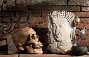 Boeddha beeld en schedel foto