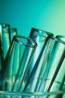 glazen reageerbuizen verlicht met blauw groen licht foto