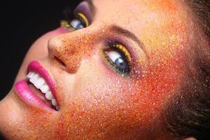mooi meisje met extreem gespetterde make-up op het gezicht foto