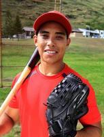 honkbalspeler glimlacht met zijn handschoen en vleermuis foto