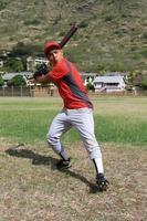 honkbalspeler klaar om de knuppel te slingeren foto