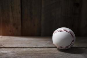 honkbal op oud bruin en vintage tabelachtergrond foto