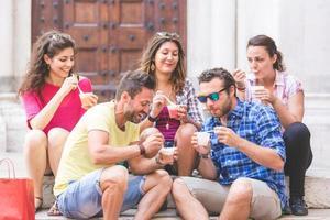 groep toeristen die sneeuwbrij in Italië eten foto