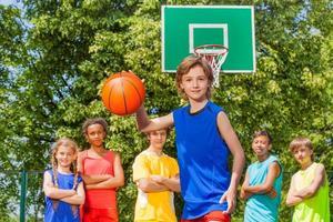 jongen speelt basketbal met internationaal team foto