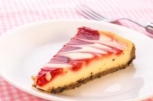 Cheesecake met aardbeienwerveling - close-up foto