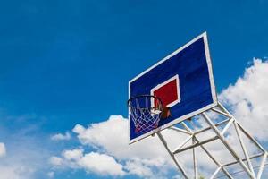 basketbal hoepel op heldere hemel foto