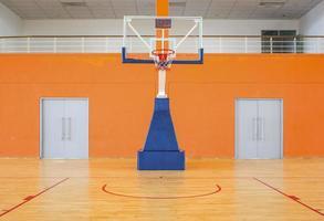 leeg basketbalveld foto