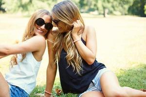 twee vrolijke meisjestweelingen