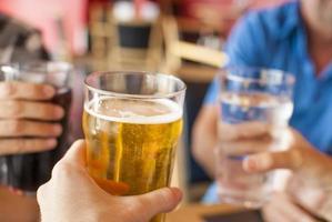 proost op bier, water en frisdrank foto